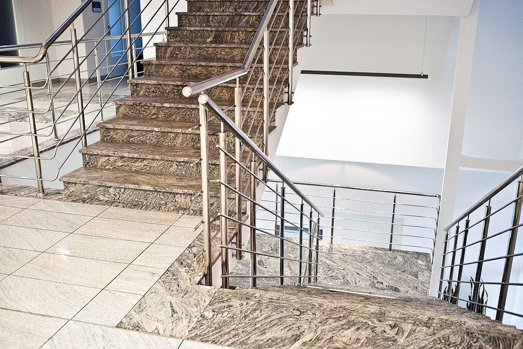 Trwałe i solidne schody z granitu.