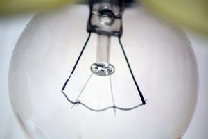 Czasowy wyłącznik światła a oszczędności płynące z jego stosowania.