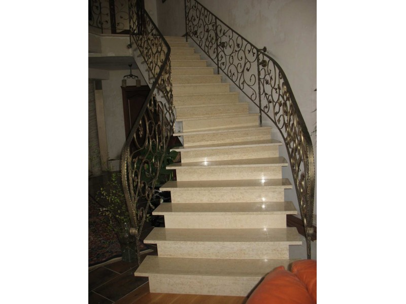 Wewnętrzne schody marmurowe.
