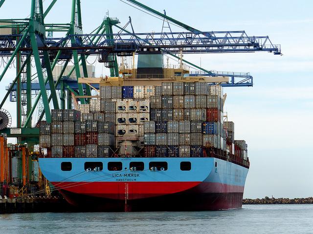 Współczesna logistyka przemysłowa z zastosowaniem kontenerów.