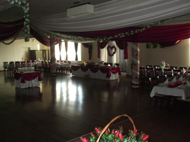 Profesjonalny DJ wodzirej na imprezy weselne.